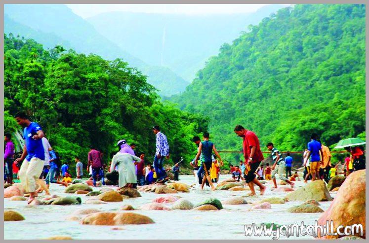 জাফলং-People-enjoying-nature